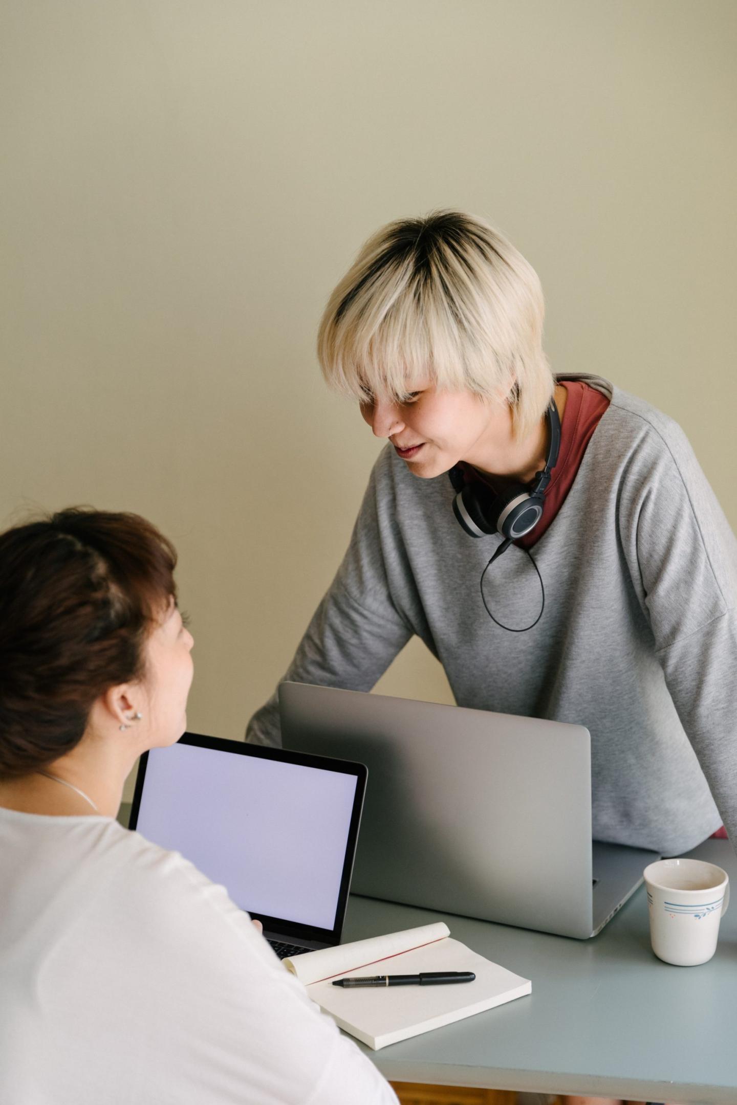 Amis qui travail ensemble sur un projet avec leur ordinateur portable