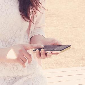 Personne avec un cellulaire à la main qui téléphone à une personne