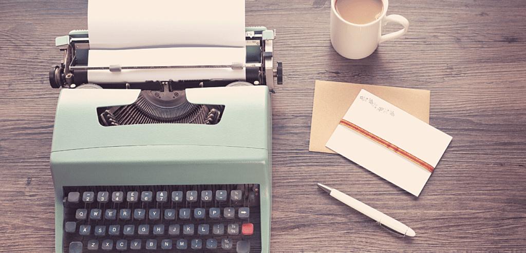 Machine à écrire avec papier et crayon pour prendre rendez-vous avec Caroline Richard