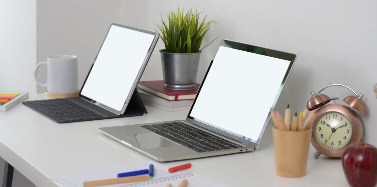 Ordinateur avec écran blanc sur une table